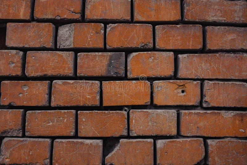un fondo rosso di sbriciolatura del mattone del muro di mattoni immagini stock