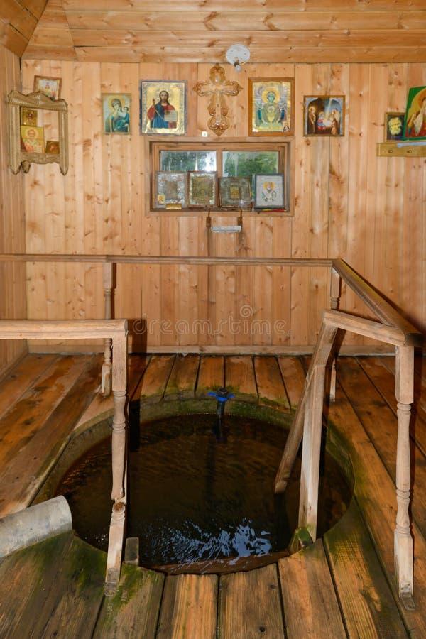 Un foro con acqua santa della fonte fotografia stock