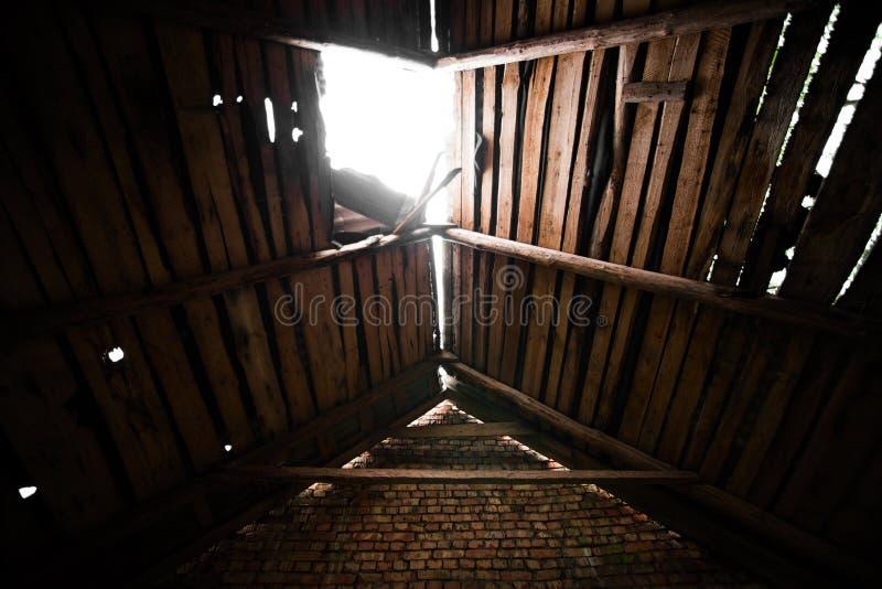 Un foro nel tetto di legno immagini stock libere da diritti