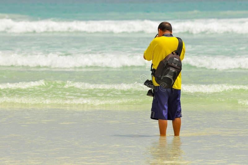 Un fotógrafo en la playa fotografía de archivo libre de regalías