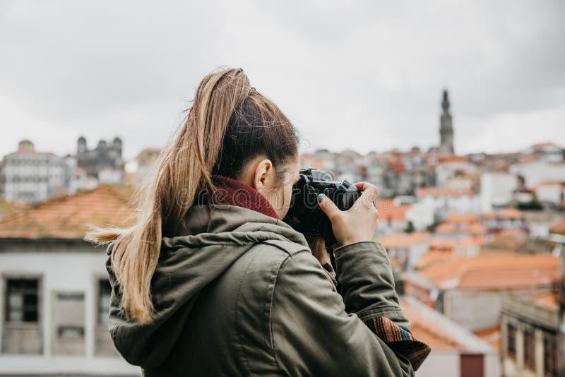 Un fotógrafo o un turista profesional del viaje fotografía un paisaje urbano hermoso en Oporto en Portugal profesional fotografía de archivo libre de regalías