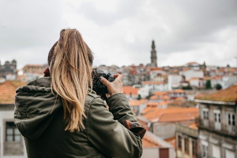 Un fotógrafo o un turista profesional del viaje fotografía un paisaje urbano hermoso en Oporto en Portugal profesional fotografía de archivo