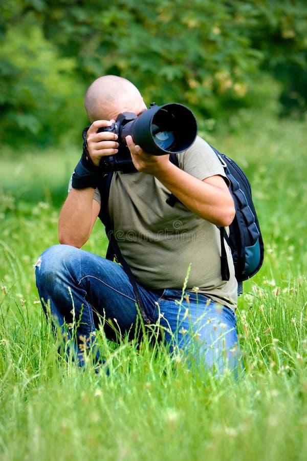 Un fotografo occupato sul lavoro immagini stock