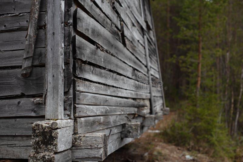 Un fragment d'une structure en bois dans la forêt image stock