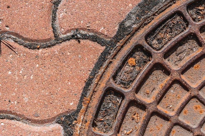Un fragment du couvercle du puits et du trottoir abr?gez le fond Orientation molle photos libres de droits