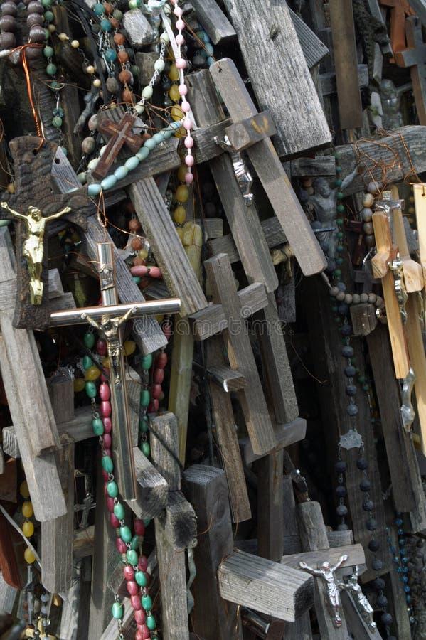 Un fragmento de la colina de cruces en Lituania septentrional foto de archivo libre de regalías