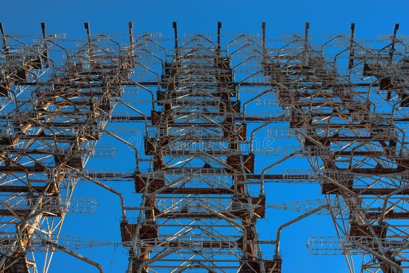 Un fragmento de la estación destruida el Duga contra la perspectiva del cielo azul en Chernóbil después del accidente de Chernóbi imágenes de archivo libres de regalías