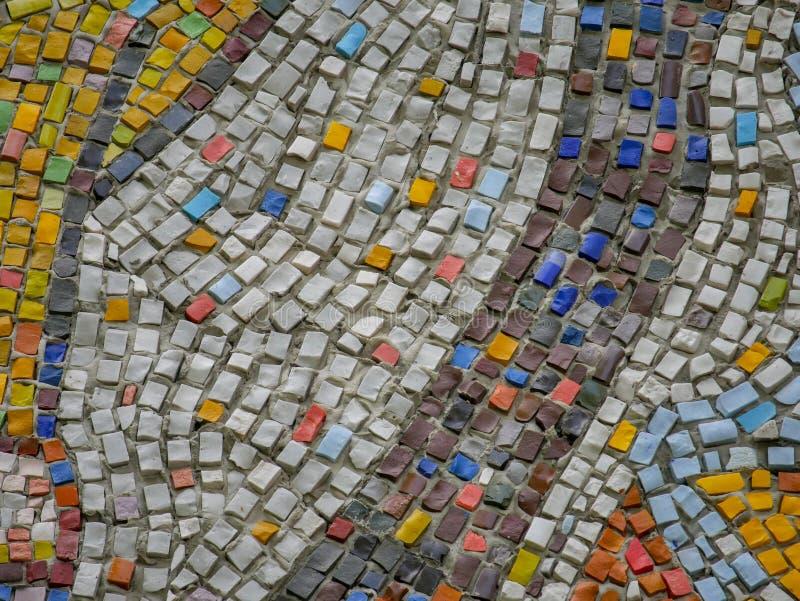 Un fragmento de los paneles de cerámica de un mosaico del extracto en la pared Piedras multicoloras foto de archivo