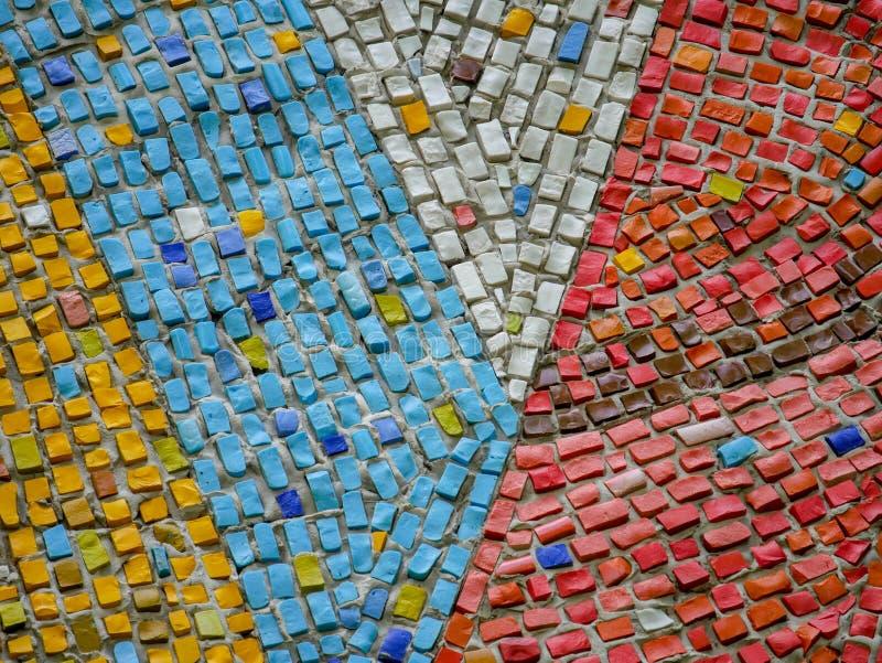 Un fragmento de los paneles de cerámica de un mosaico del extracto en la pared Piedras multicoloras imágenes de archivo libres de regalías