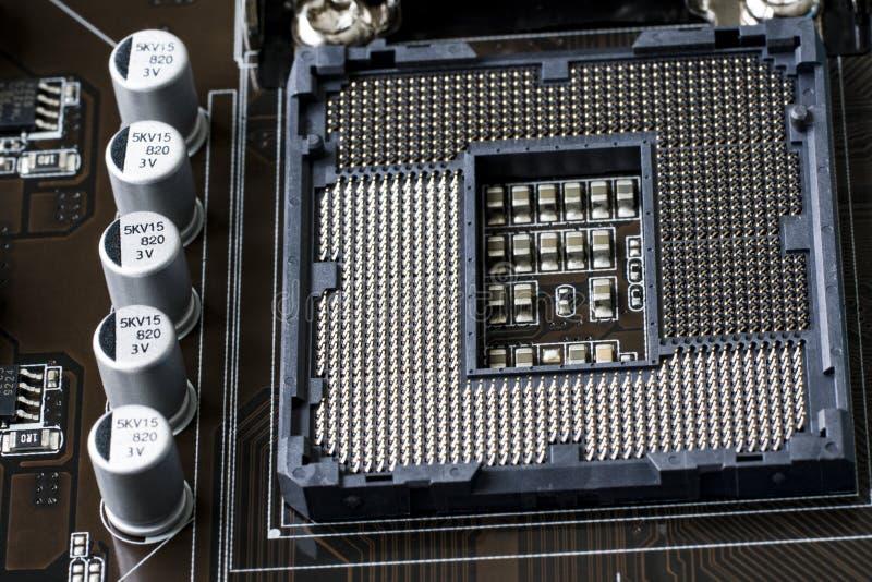 Un fragmento de un tablero del ordenador En el primero plano está el zócalo debajo de la CPU La visión desde la tapa Cierre para  fotografía de archivo libre de regalías