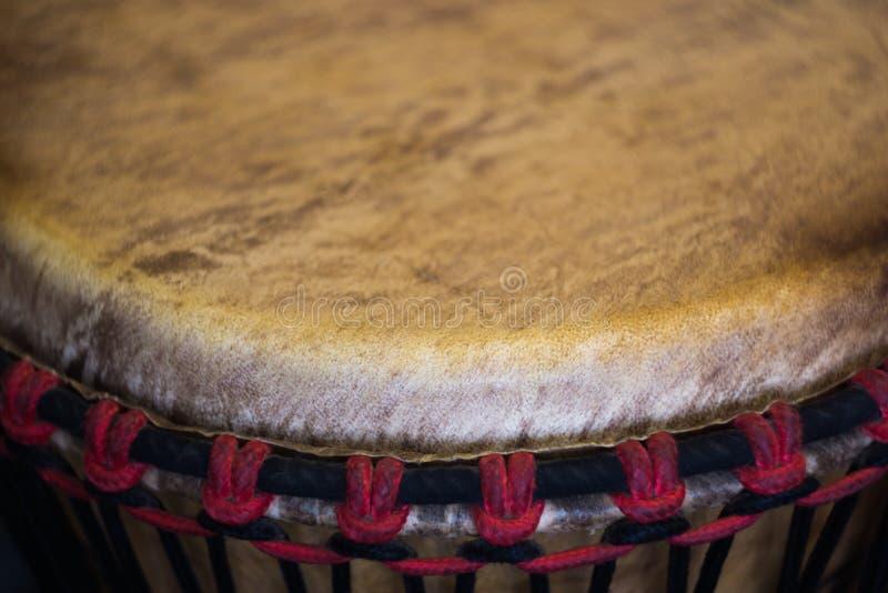 Un fragmento de un instrumento musical - tambor africano imagen de archivo