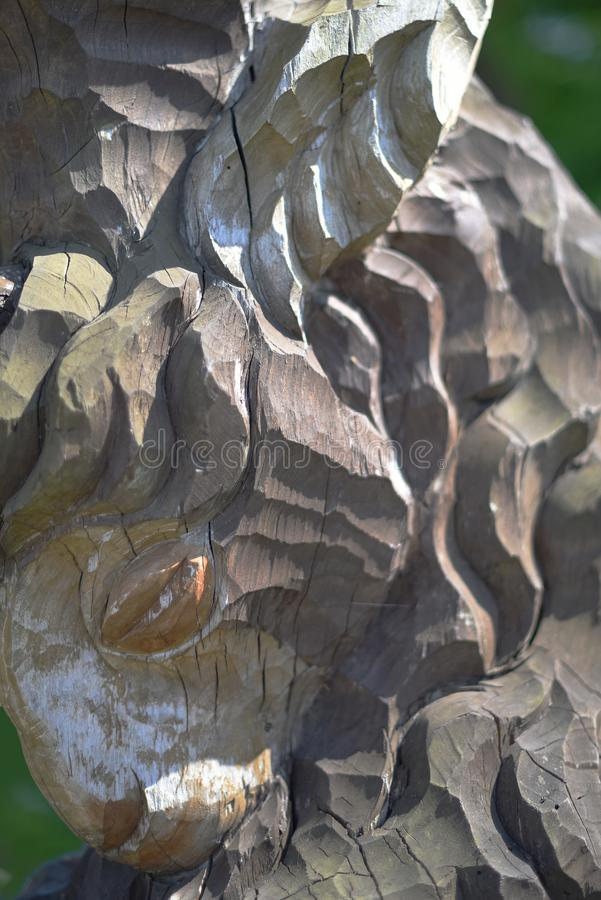 Un fragmento de una estatua de madera vieja de una cabra imagenes de archivo