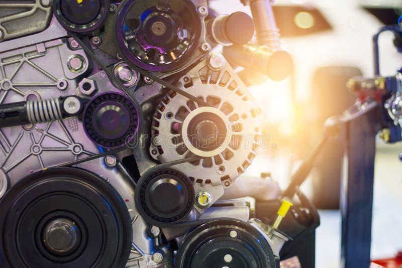Un fragmento del motor y potente de un motor de coche fotos de archivo