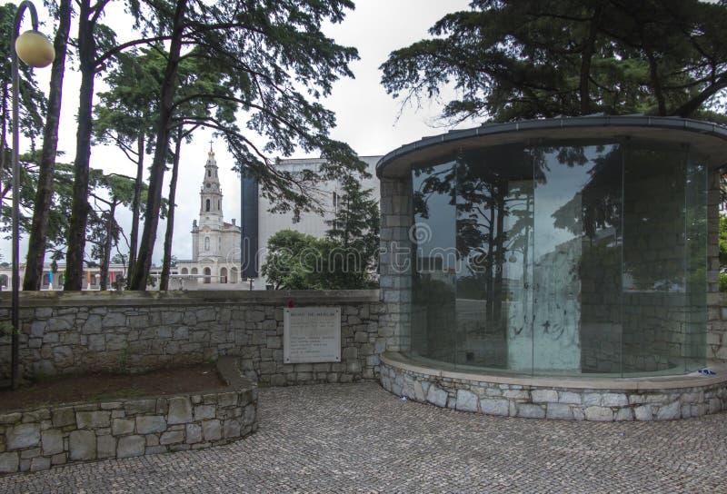 Un fragmento del muro de Berlín original traído a la capilla de imágenes de archivo libres de regalías