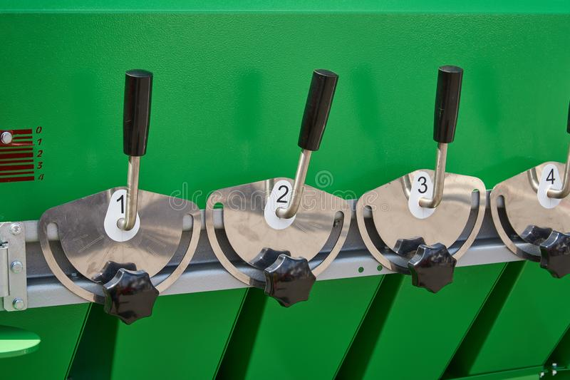 Un frammento del dispositivo per la preparazione delle miscele del grano con le maniglie per il controllo degli ammortizzatori in fotografia stock