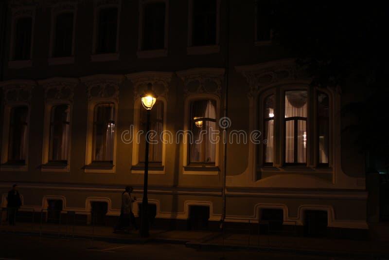 Un frammento della costruzione dell'ambasciata brasiliana a Mosca, via di Bolshaya Nikitskaya alla notte immagine stock libera da diritti