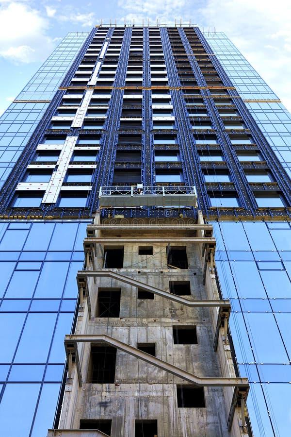 Un frammento della facciata di una casa in costruzione, una costruzione moderna sta sviluppando, la vista è diretto verso l'alto immagine stock