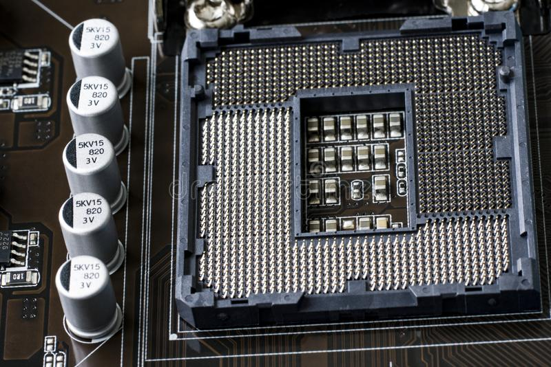Un frammento di un bordo del computer Nella priorità alta è l'incavo sotto il CPU La vista dalla parte superiore Fine in su fotografia stock libera da diritti