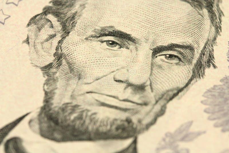 Un frammento di una denominazione cinque dollari con un ritratto di Abraham Lincoln immagine stock libera da diritti