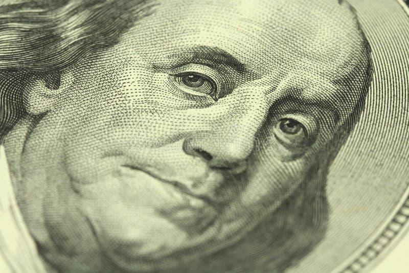 Un frammento di una denominazione di cento dollari con un ritratto di Benjamin Franklin immagini stock libere da diritti