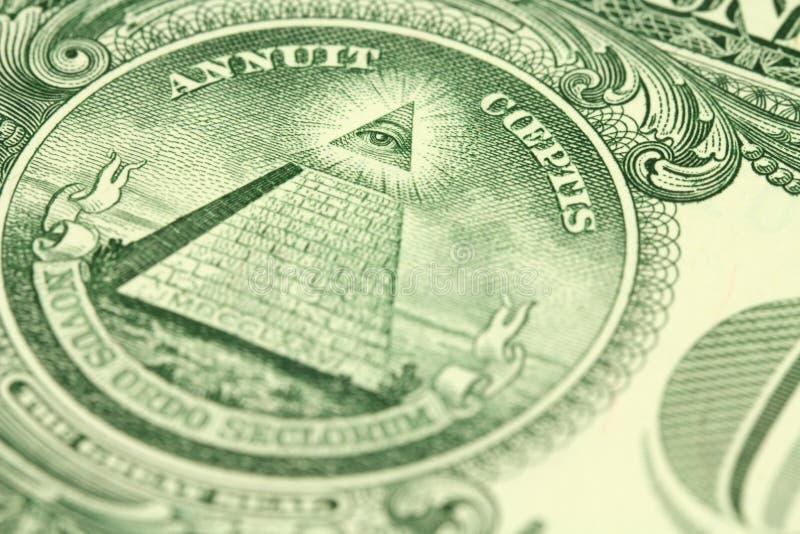 Un frammento di una denominazione di un dollaro americano con l'immagine della piramide fotografia stock libera da diritti