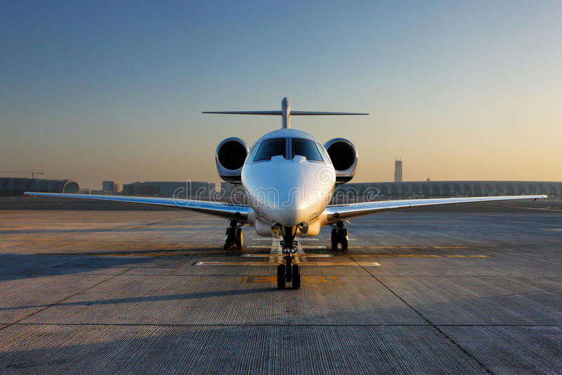 Un frente en vista de un jet privado fotos de archivo