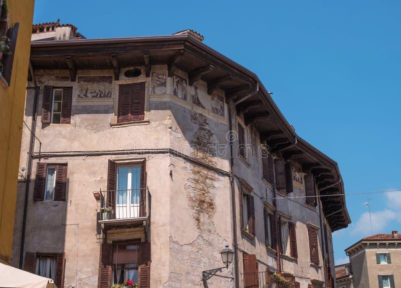 Un fresco antiguo en la pared de la casa verona Italia Verona medieval está situada en el río del Adigio En Verona, foto de archivo