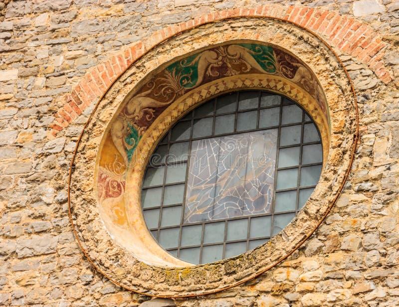 Un fresque du 14ème siècle couvert de verre et une fenêtre rose de l'église gothique avec du charme du saint George Chiesa di San image stock