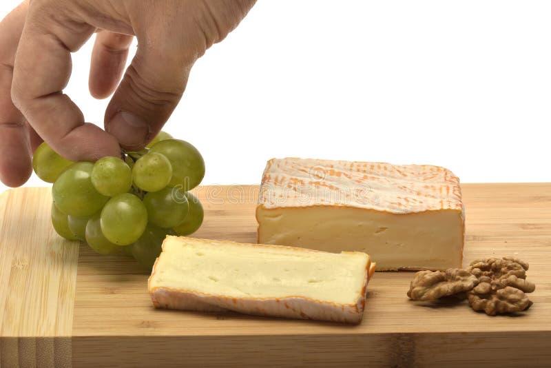 Un fromage sur le conseil en bois photographie stock