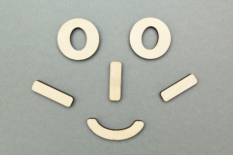 Un fronte di legno divertente su un fondo grigio immagine stock