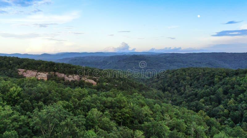 Un fronte roccioso attacca fuori dalla foresta e dalla montagna fuori del pioniere, Tennessee fotografia stock