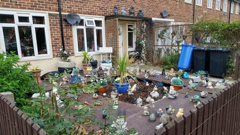 Un frontyard molto decorato in Inghilterra fotografia stock libera da diritti