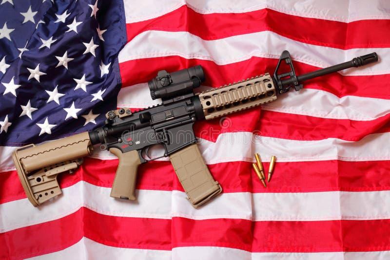 Fucile dell'AR sulla bandiera americana immagini stock libere da diritti