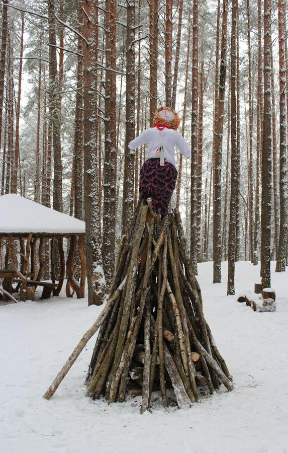 Un fuego hecho para el ritual que quema en el Maslinitsa imagenes de archivo