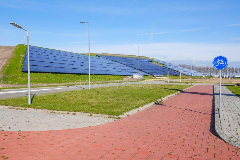 Un ful del hilside de los paneles solares que proporcionan energía eléctrica limpia imagen de archivo
