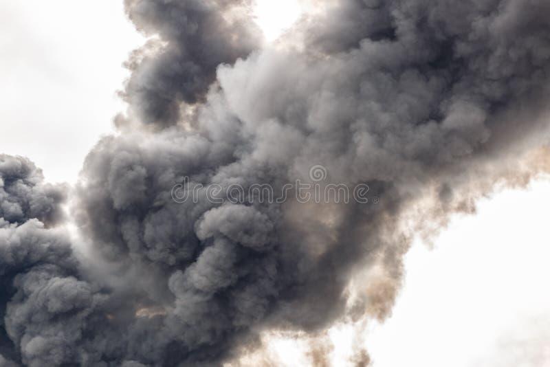 Un fumo spesso che riguarda parte del cielo immagine stock