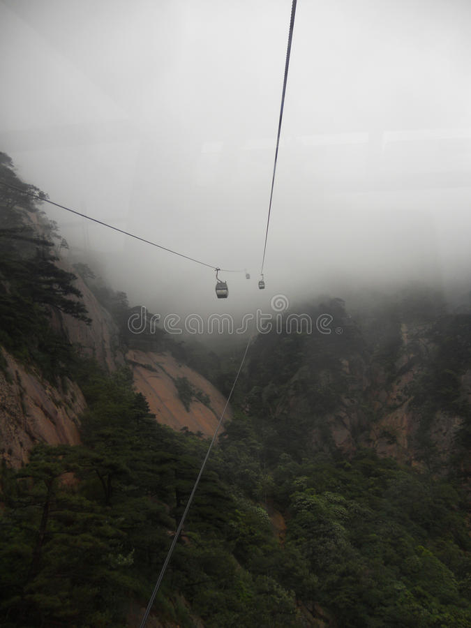 Un funiculaire dans le mouvement dans le brouillard image stock