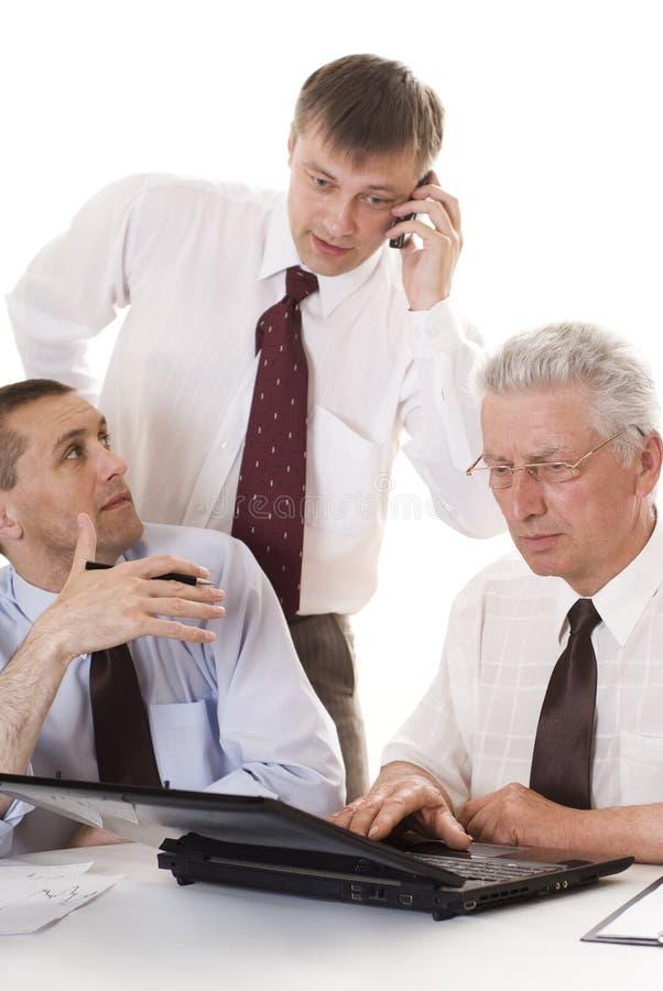 Un funzionamento dei tre uomini d'affari fotografie stock