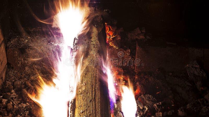 Un fuoco nel camino fotografia stock