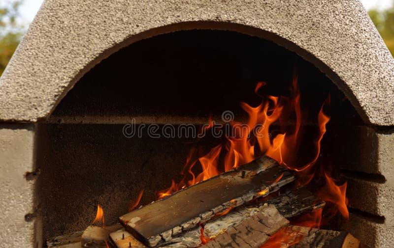 Un fuoco piacevole in un posto del fuoco immagine stock libera da diritti