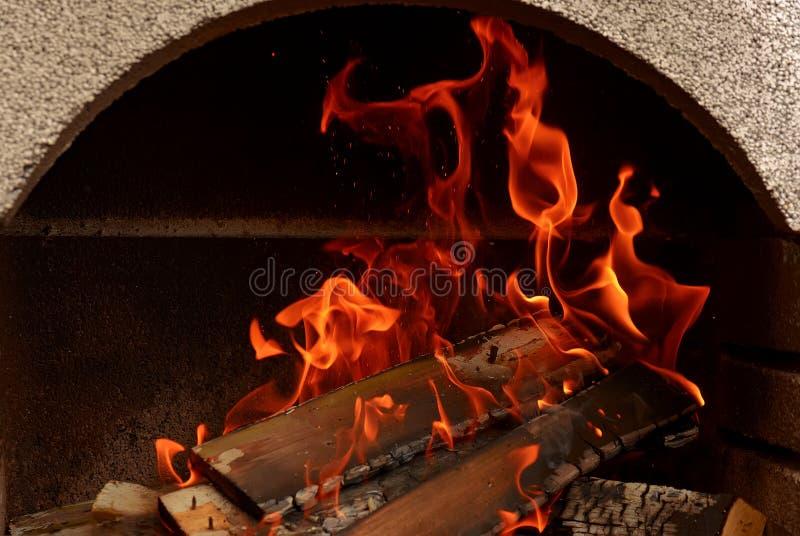 Un fuoco piacevole in un posto del fuoco fotografia stock libera da diritti