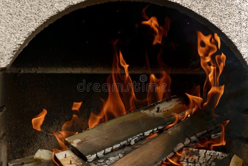 Un fuoco piacevole in un posto del fuoco fotografia stock