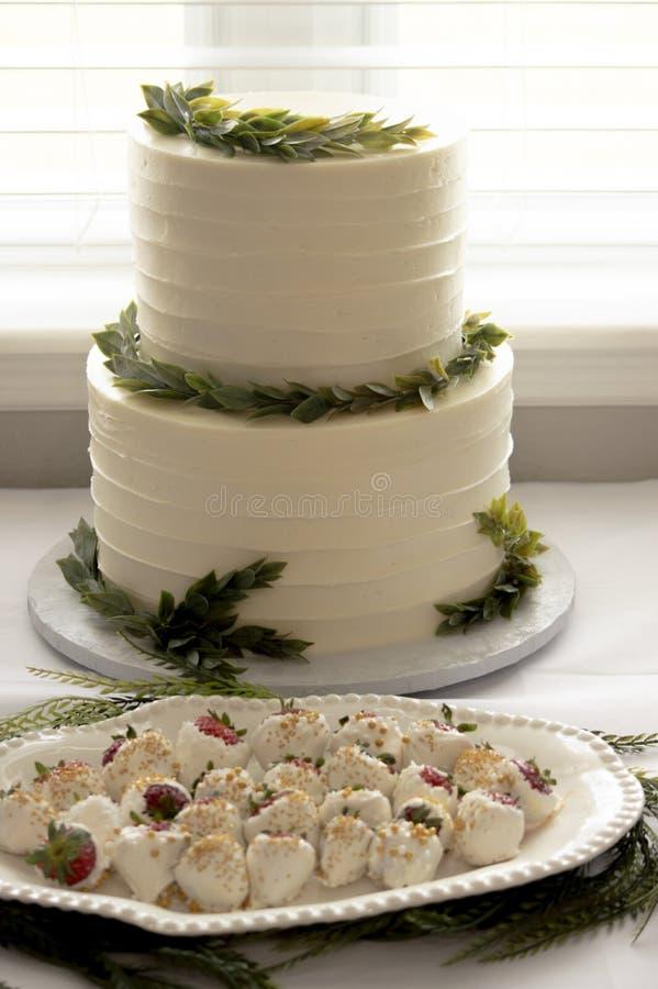 Un gâteau à deux niveaux à un événement images stock