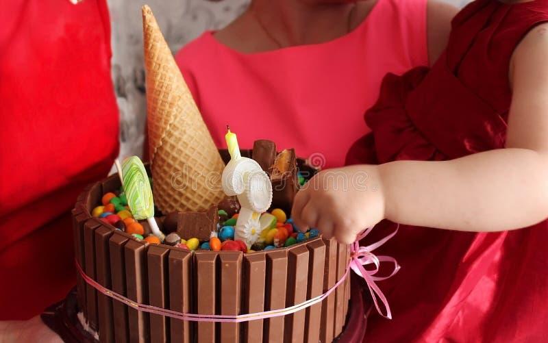 Un gâteau de chocolat lumineux pour l'anniversaire d'une petite fille photos libres de droits