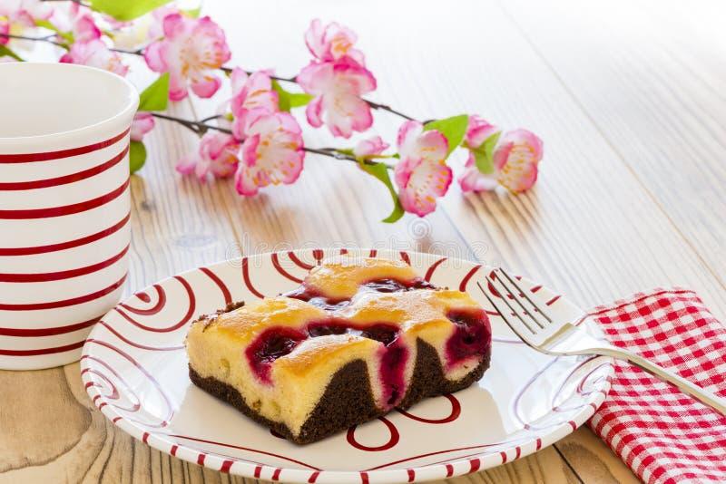 Un gâteau de fruit avec une fourchette photographie stock libre de droits