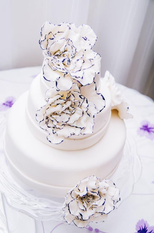 Un gâteau l'épousant avec la turquoise beige jaune de fleurs image libre de droits