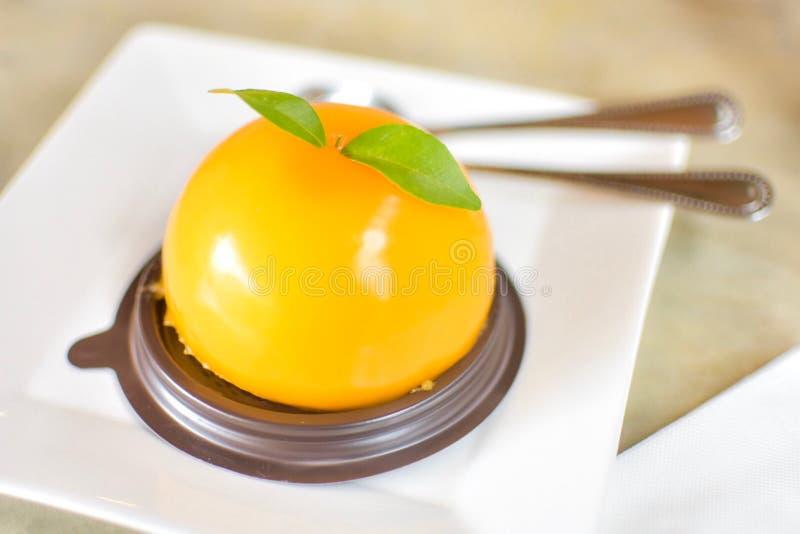 Un gâteau orange délicieux dans un café photo stock