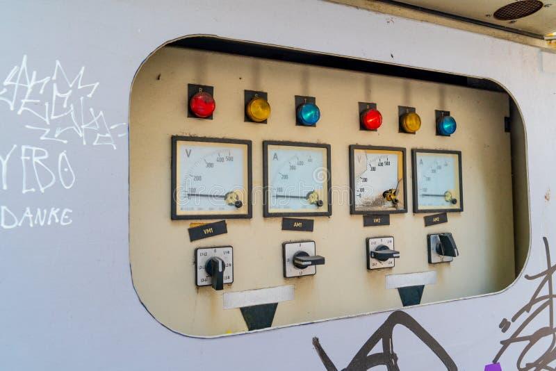 Un gabinete de control eléctrico se encuentra en el lado de la calle foto de archivo libre de regalías