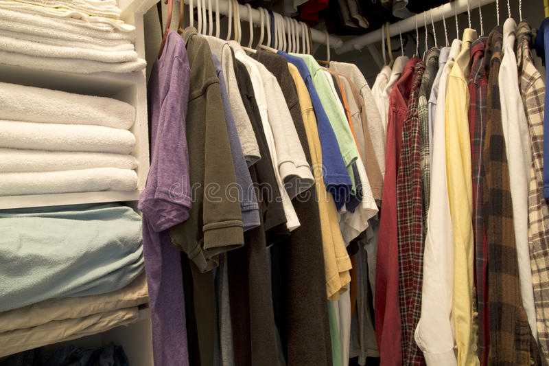 Un gabinetto della casa per abbigliamento e l'asciugamano immagine stock libera da diritti