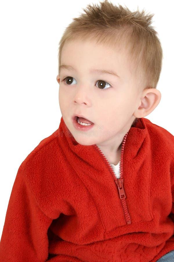 Un garçon adorable d'ans dans le chandail rouge photo libre de droits